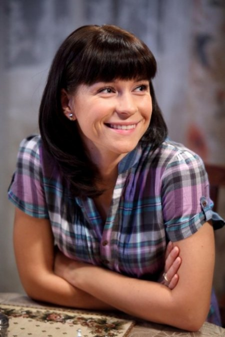 Веселая Екатерина Волкова в рубашке