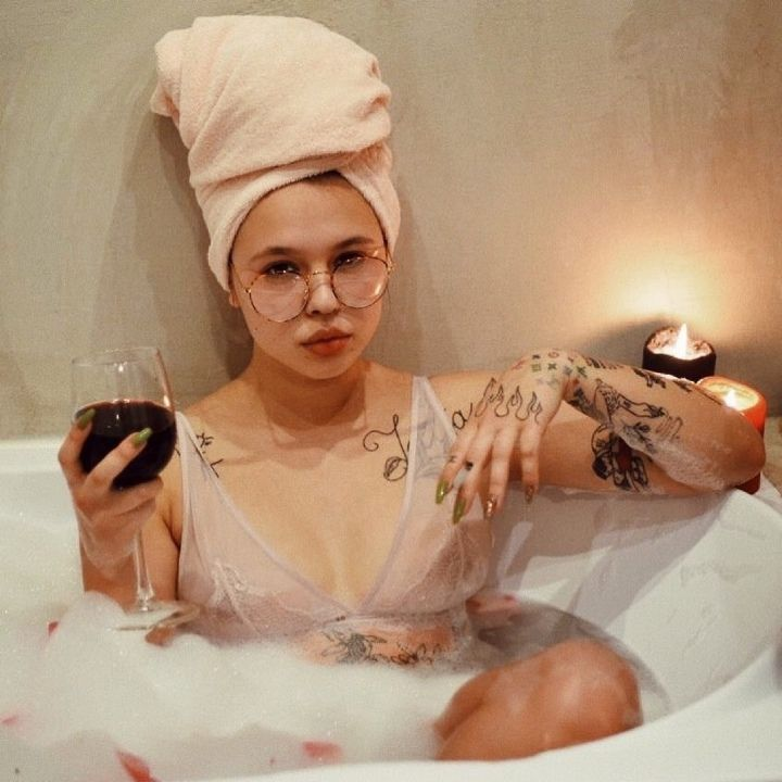 Дарья Зотеева в ванной с бокалом в руке