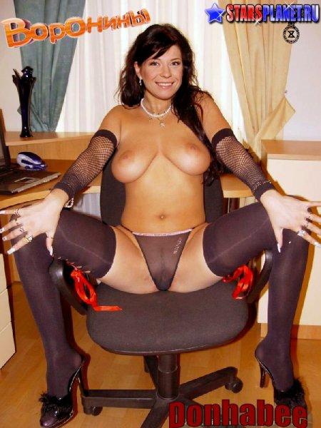 Екатерина Волкова на кресле с раздвинутыми ногами