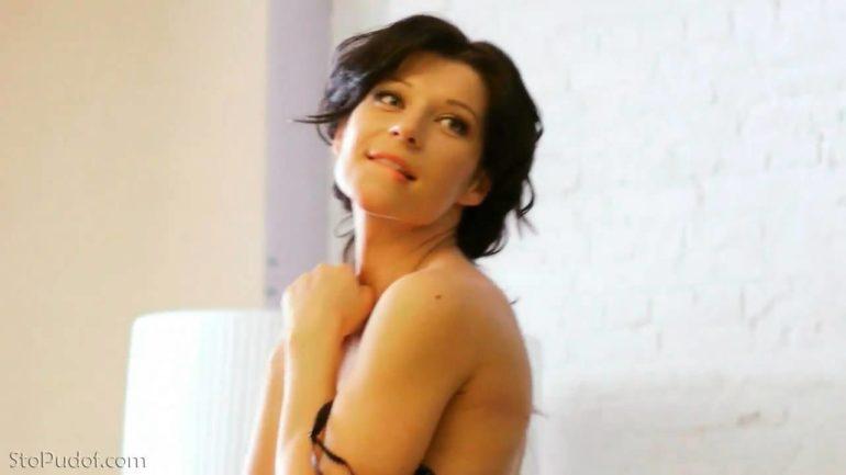 Екатерина Волкова прикрыла грудь рукой