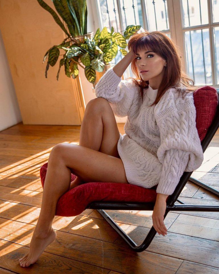 Екатерина Волкова сидит на кресле