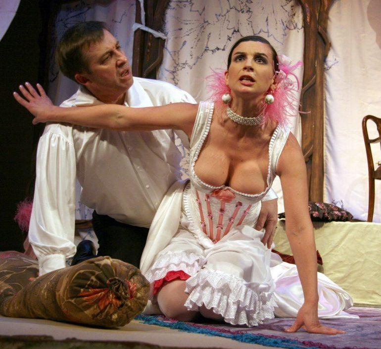 Екатерина Стриженова играет на сцене театра