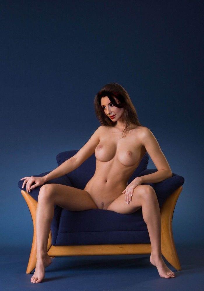 Екатерина Стриженова сидит в кресле без одежды
