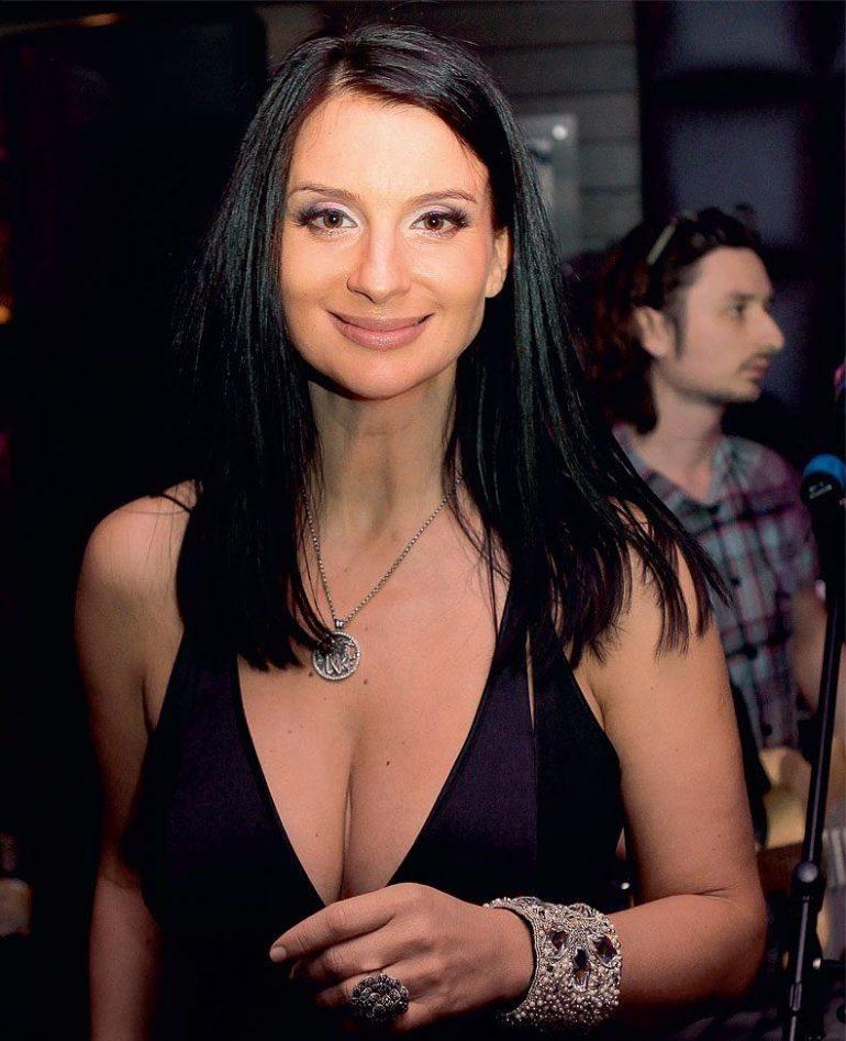Екатерина Стриженова улыбается