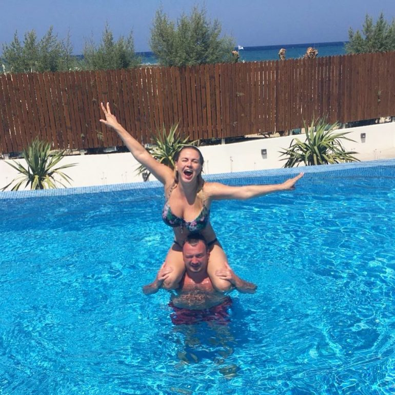 Анна Семенович купается в бассейне с мужиком