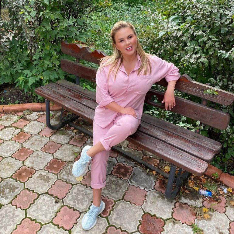 Анна Семенович сидит на скамейке