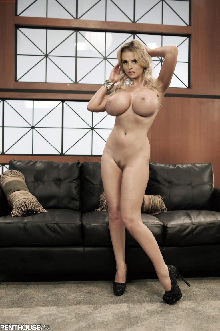 Анна Семенович стоит полностью голая