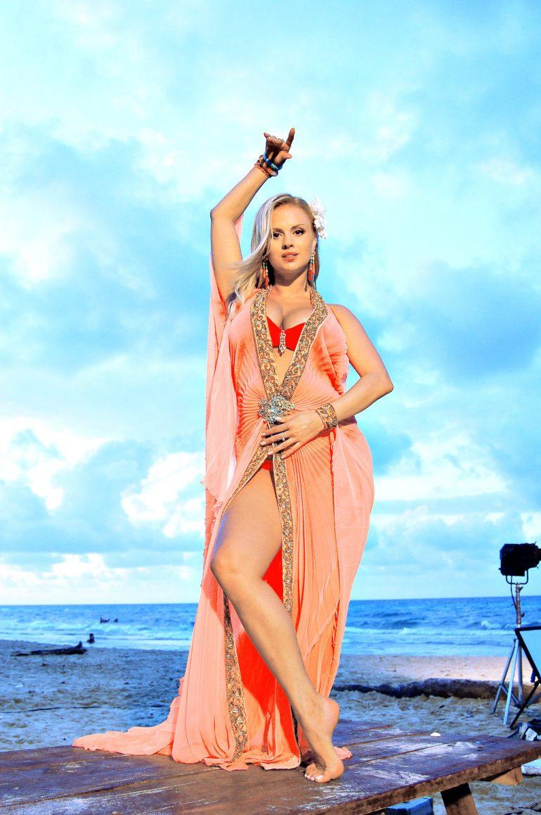 Аня Семенович в красивом платье
