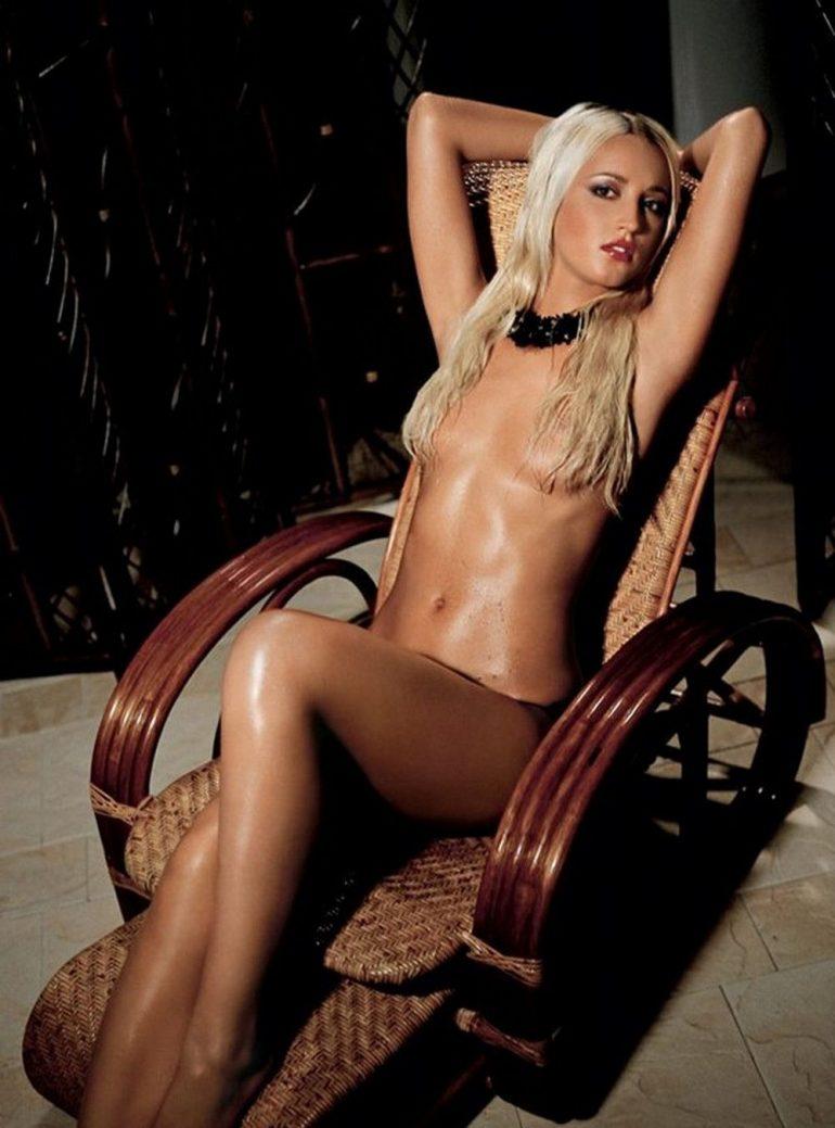 Бузова позирует в кресле